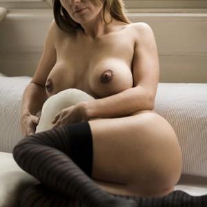 Coquine mature nue sur sofa