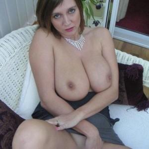 Femme mature nue dans sa terrasse